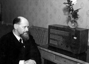 Kazimierz_Przerwa-Tetmajer_listening_to_radio